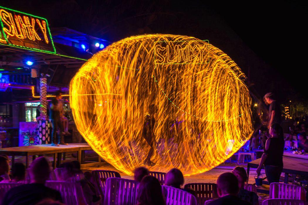 Tham gia các party, múa lửa vào ban đêm