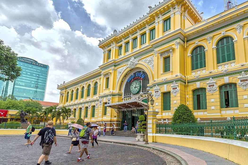 Màu sơn vàng nổi bật của bưu điện thành phố