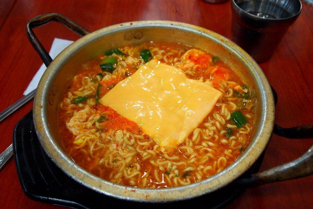 Cheese ramen (mì ăn liền phô mai)