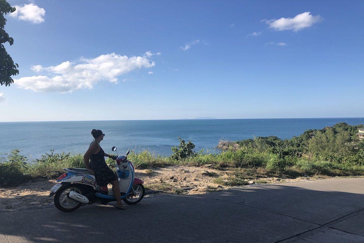 Khám phá hòn đảo bằng cách đi xe máy