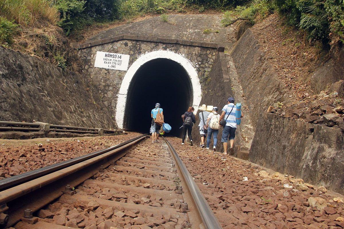 Đi qua đường hầm