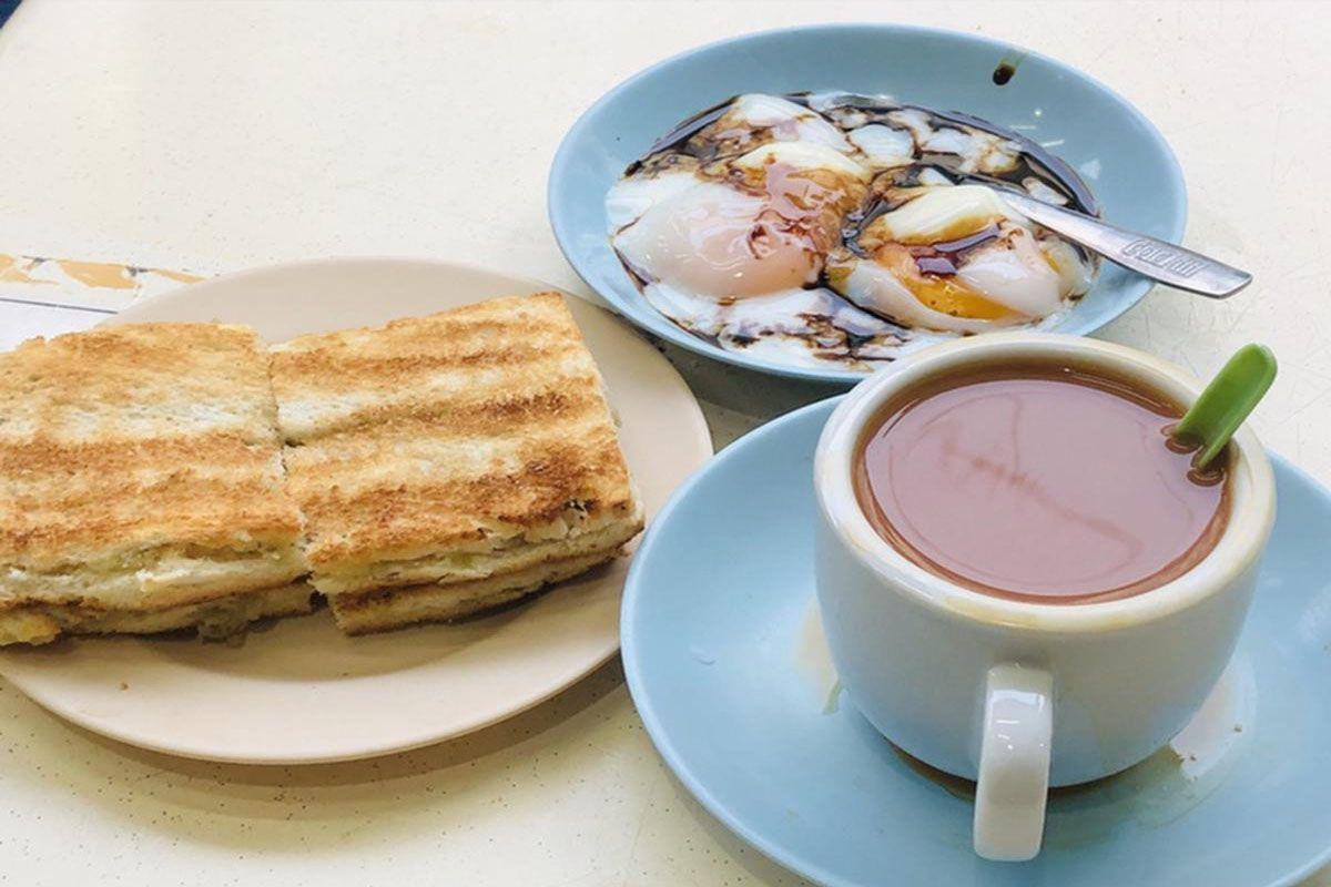 Combo bữa sáng kết hợp cổ điển với bánh mì nướng Kaya, trứng chần và cà phê