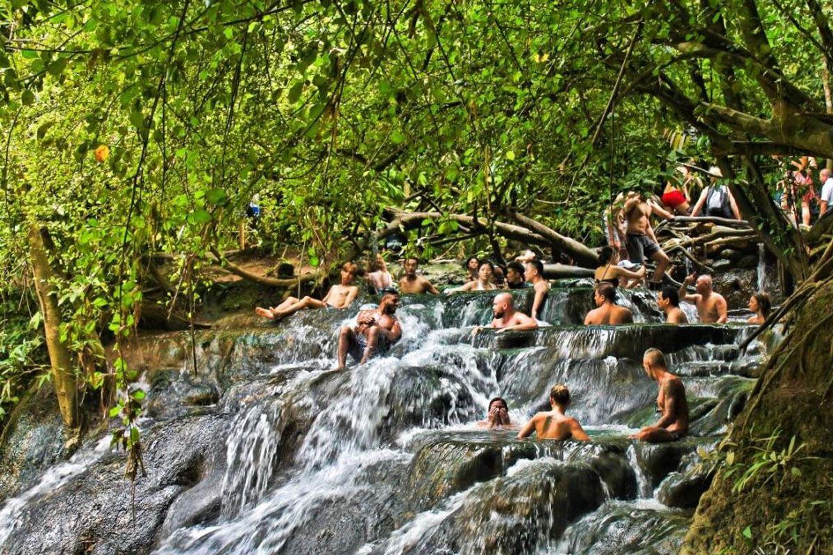Ngâm mình trong thác nước nóng