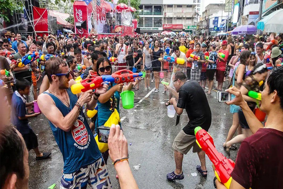 Tham gia vào lễ hội té nước Songkran