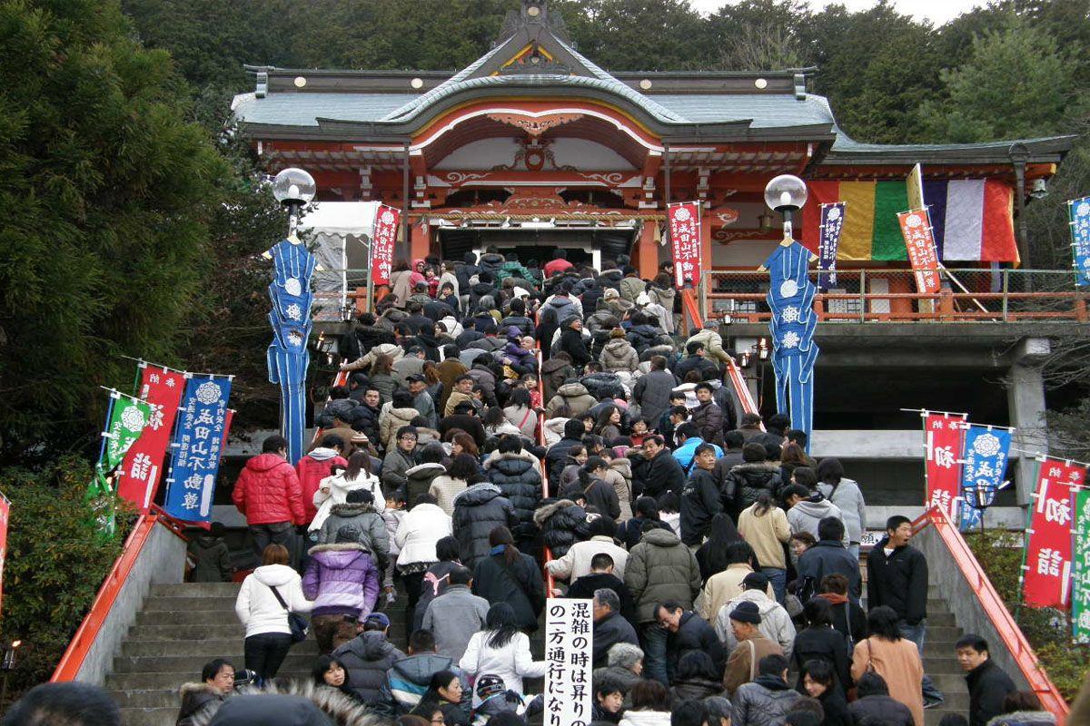 Viếng thăm đền thờ đầu năm - Hatsumode (初 詣)