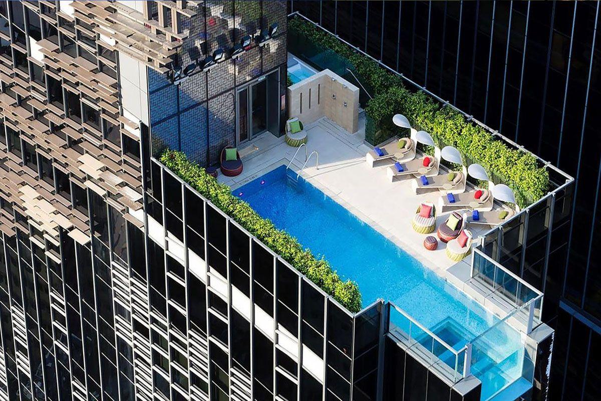 Hồ bơi ở khách sạn Indigo