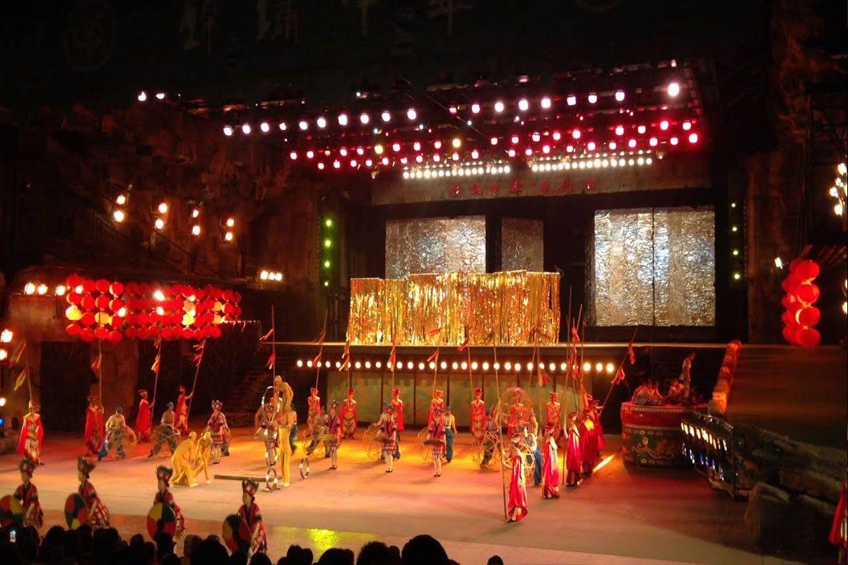 Thưởng thức chương trình biểu diễn múa Long Phụng