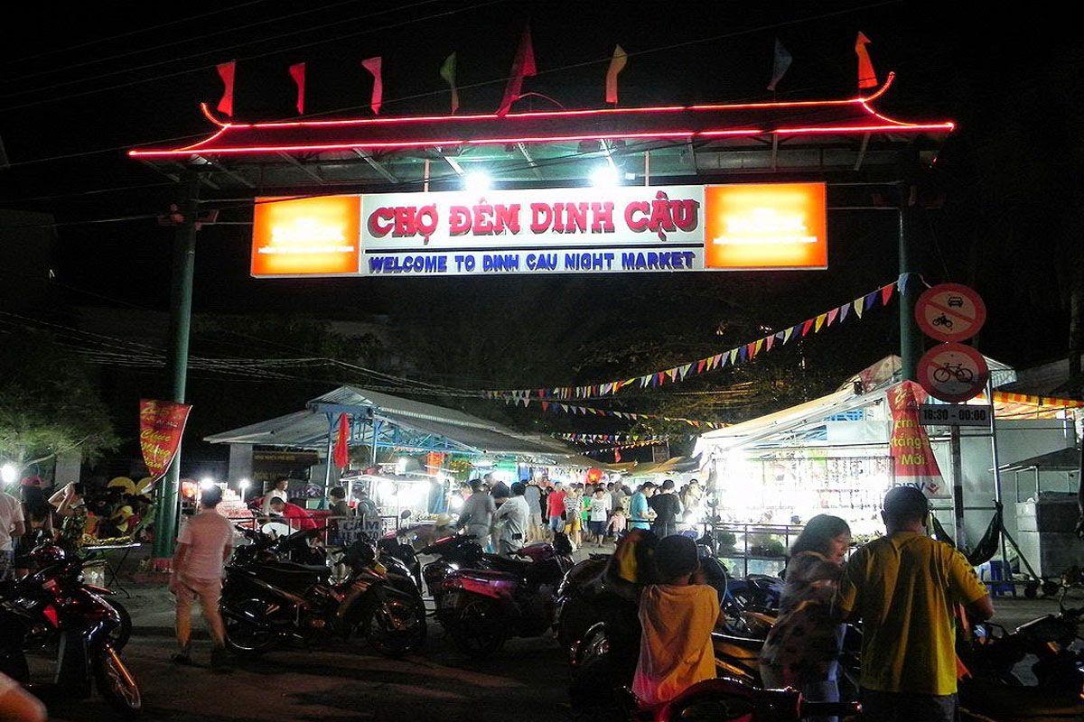 Thưởng thức ẩm thực tại chợ đêm Dinh Cậu