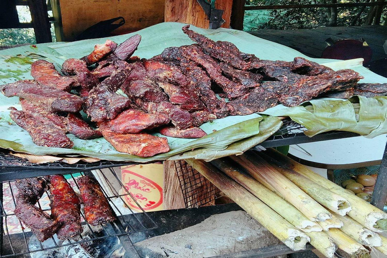 Từng thớ thịt trâu được cắt thành những phần vừa phải, tẩm ướp theo bí quyết riêng của người dân Tây Bắc