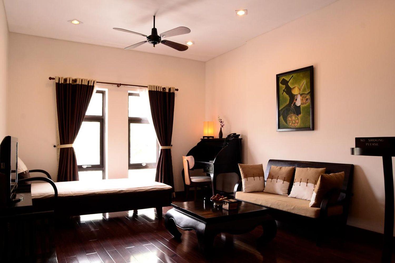 Với nội thất được làm chủ yếu bằng gỗ tối màu, sang trọng