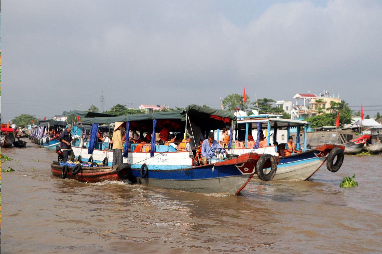 Thuê thuyền đi riêng với giá từ 150.000-200.000/thuyền