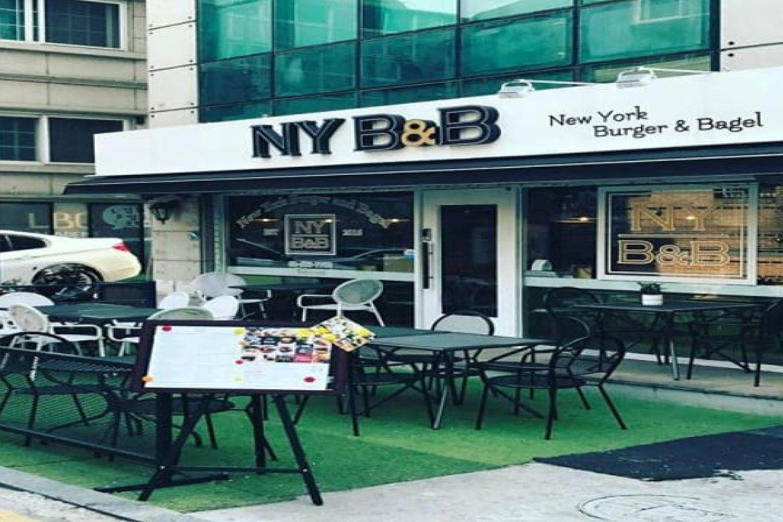 Nếm thử burger và bánh bagel tại NY B & B