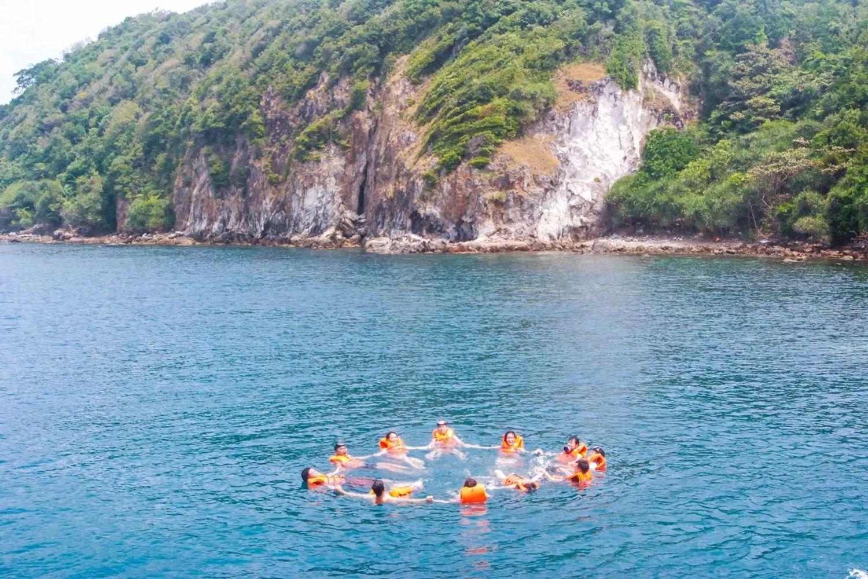Du khách đến Hòn Hai Bờ Đập còn được thỏa sức bơi lội và hòa mình vào làn nước mát lạnh