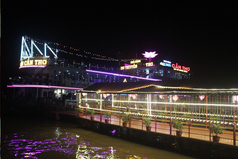 Đi du thuyền trên sông Cần Thơ ban đêm