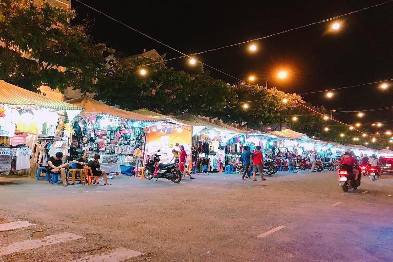 Chợ đêm với nhiều gian hàng