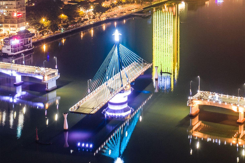 Cầu xuay sông Hàn cách khách sạn & Căn hộ White Sand không xa