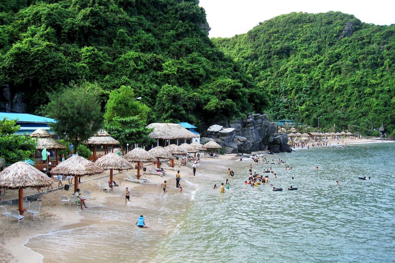 Trên đảo Cát Bà có rất nhiều bãi biển trong xanh