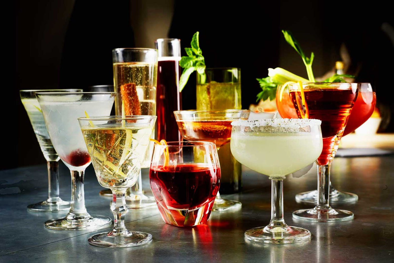 Thưởng thức ly cocktail