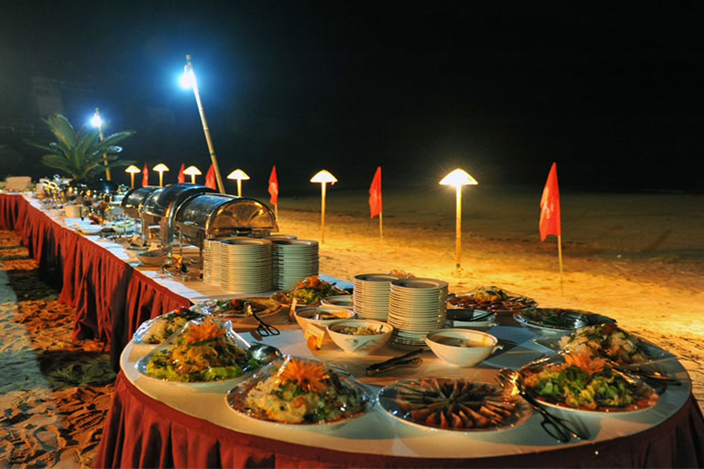 Mở tiệc tại bãi biển ở Cát Bà Beach Resort