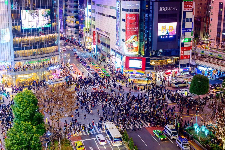 Đi bộ qua ngã tư Shibuya nổi tiếng