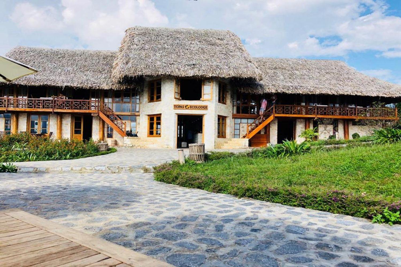 Toàn bộ khu nghỉ dưỡng có 33 bungalow được xây dựng bằng đá granit trắng