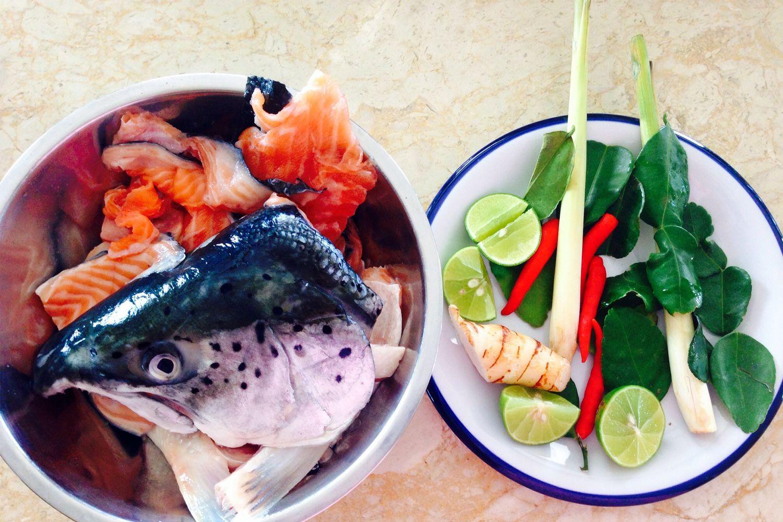 Món cá hồi Tom Yum ở Moo Uan