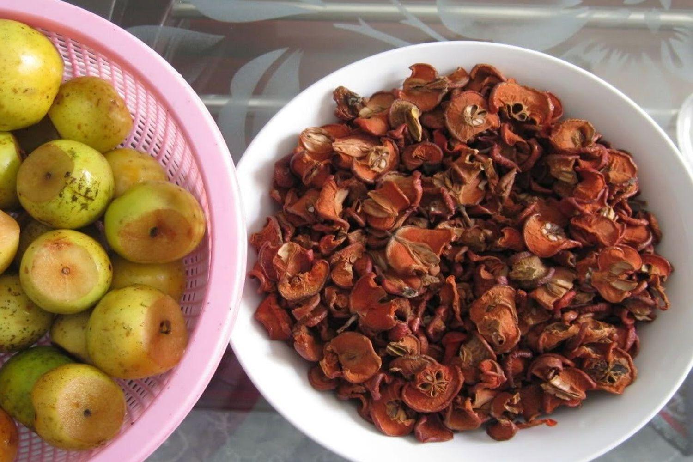 Chờ cho đường ngấm vào táo khoảng 2 tuần và giữ táo lại, để ráo và mang đi ngâm rượu