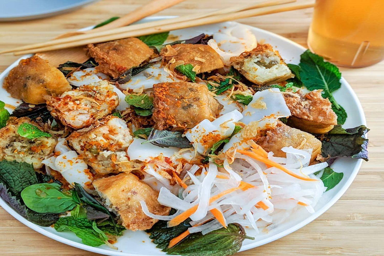 Nguyên liệu chính của bánh được làm từ bột gạo, đậu xanh, tôm thịt