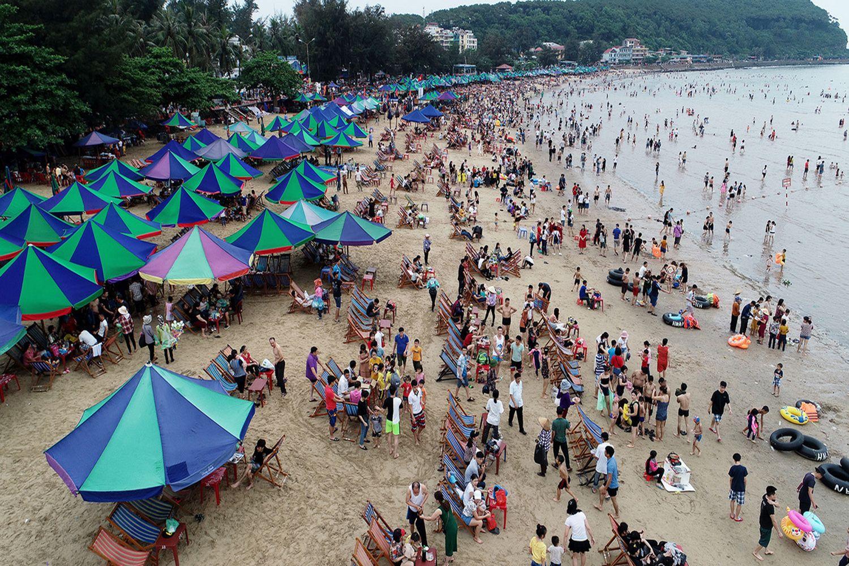 Bãi biển Đồ Sơn đông đúc vào mùa hè