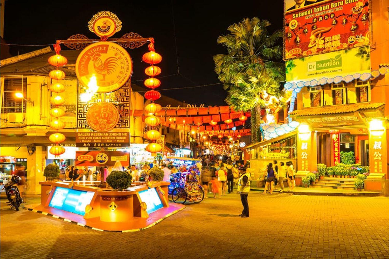 Ở khu phố này thường xuyên diễn ra các hoạt động giao thương buôn bán