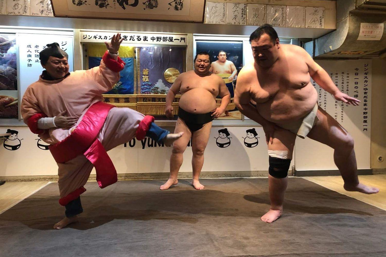 Trải nghiệm văn hóa địa phương trong trận đấu vật Sumo