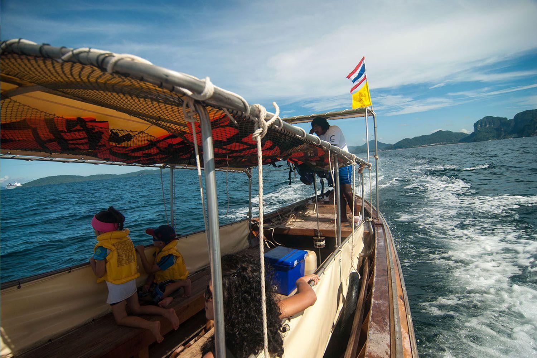 Ngồi thuyền đuôi dài khám phá các hòn đảo nhỏ