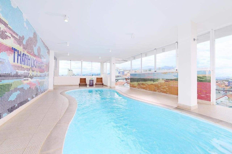 Khách sạn có hồ bơi rộng