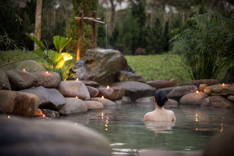 Du khách có cơ hội được đắm mình trong con suối nước nóng Thanh Tân