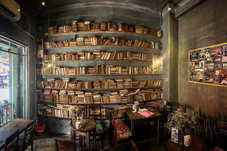 Phòng sách ở Cộng cà phê Bùi Viện