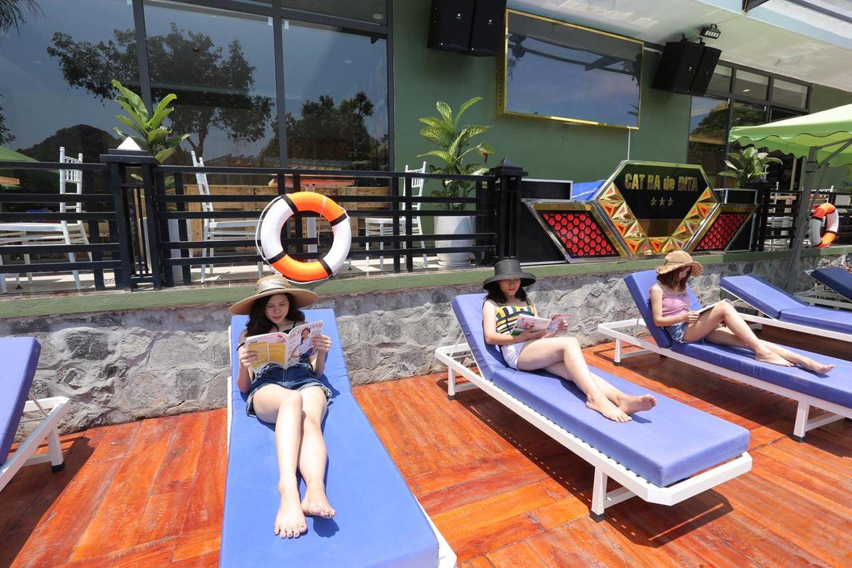 Tận hưởng thư giãn tại bể bơi Cat Ba De Dita Hostel