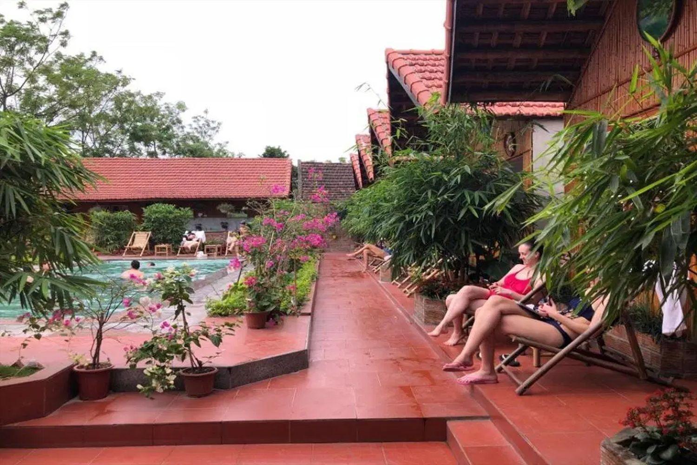 Thư giãn cạnh bể bơi