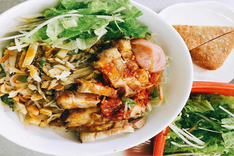Bún mắm Đà Nẵng gồm có bún cùng với thịt heo quay giòn, rau sống và mít non luộc