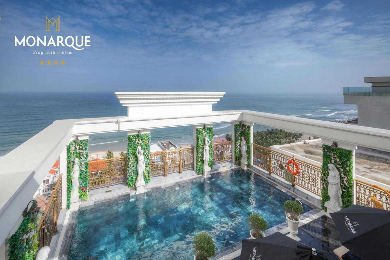 Bể bơi trên mái của khách sạn Monarque Đà Nẵng