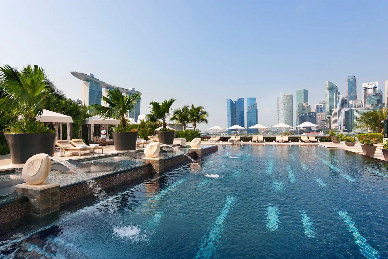 Bể bơi ở khách sạn Mandarin Oriental