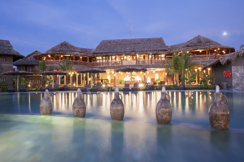 Trung tâm khu nghỉ dưỡng là một hồ bơi được thiết kế theo kiểu hình tròn cách điệu, rộng rãi