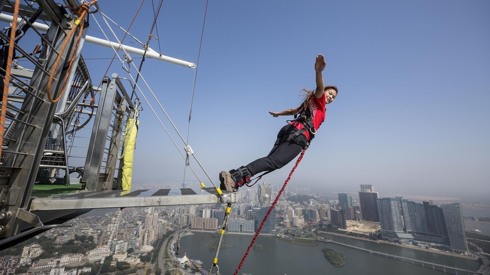Nhảy Bungy từ tòa tháp cáo 223m
