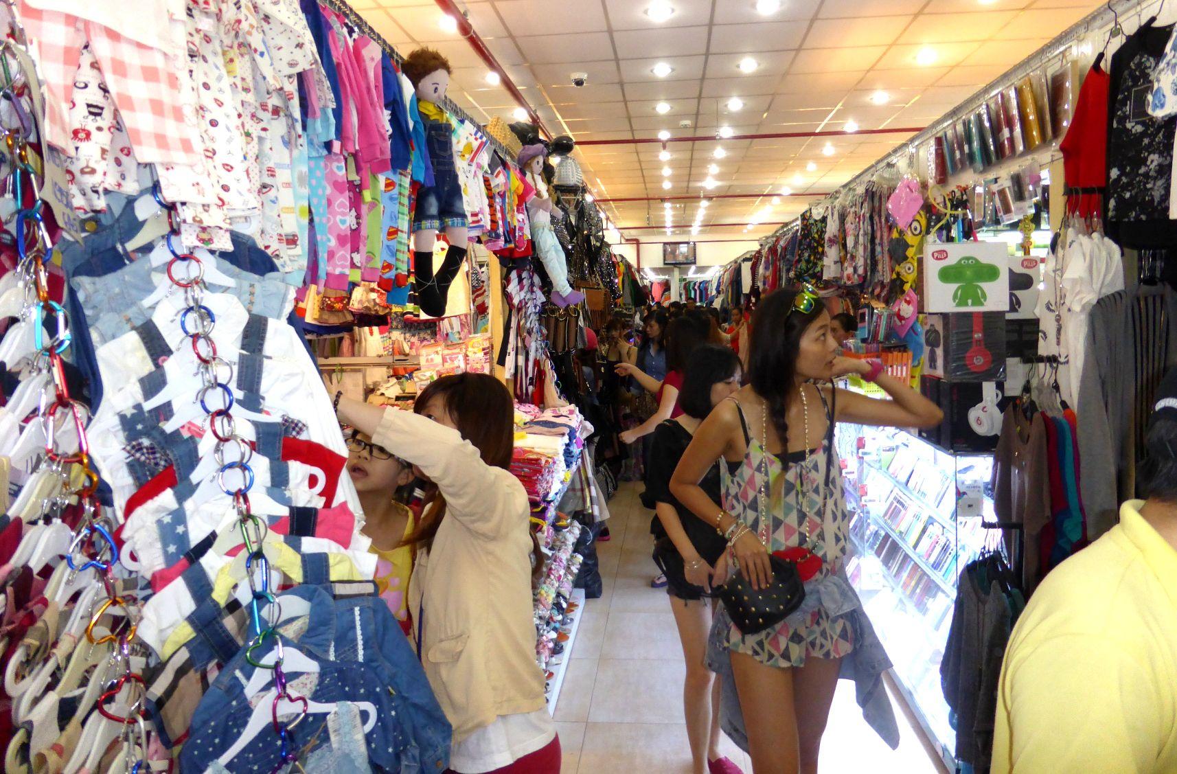 Các mặt hàng thời trang tại Saigon Square