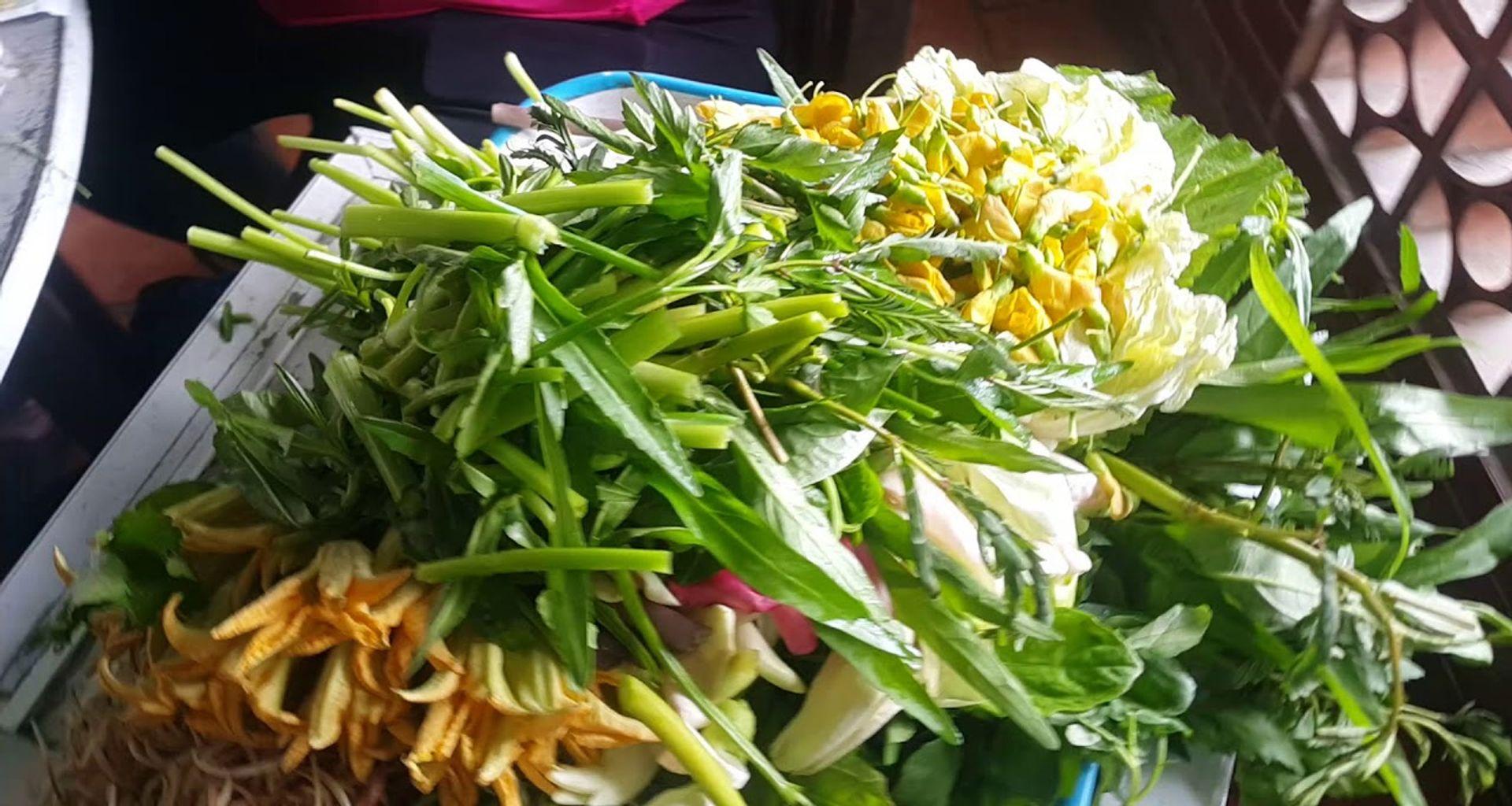 Lẩu mắm Dạ Lý đặc sắc bởi các loại rau