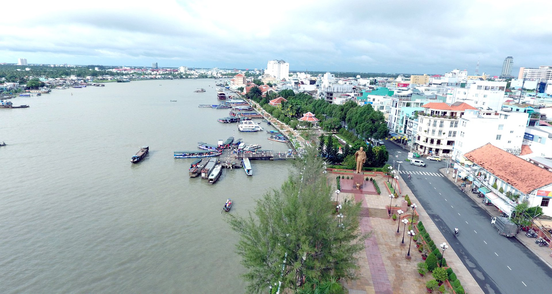 Bến Ninh Kiều nằm ở ngã ba sông Hậu và sông Cần Thơ