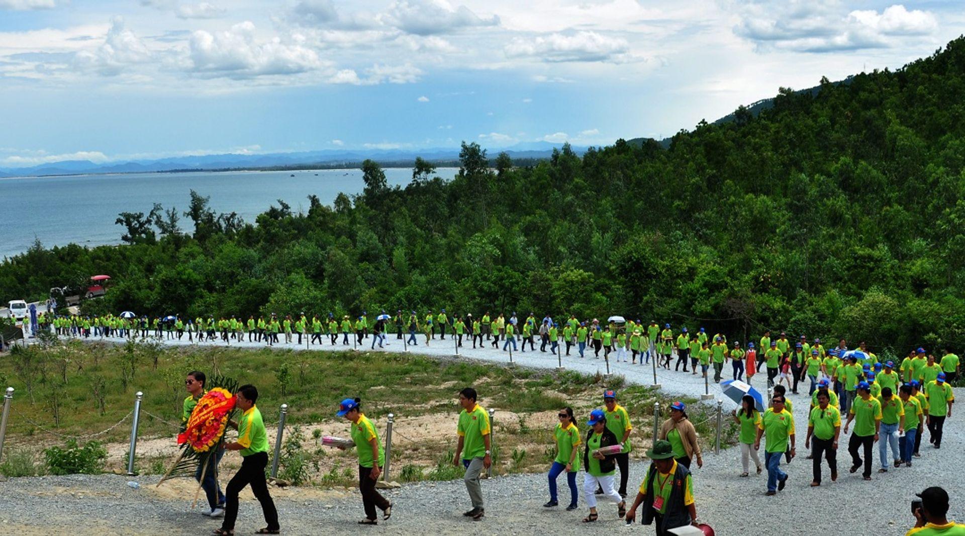 Rất nhiều người ghé thăm đảo Yến để viếng lăng mộ Đại tướng Võ Nguyên Giáp