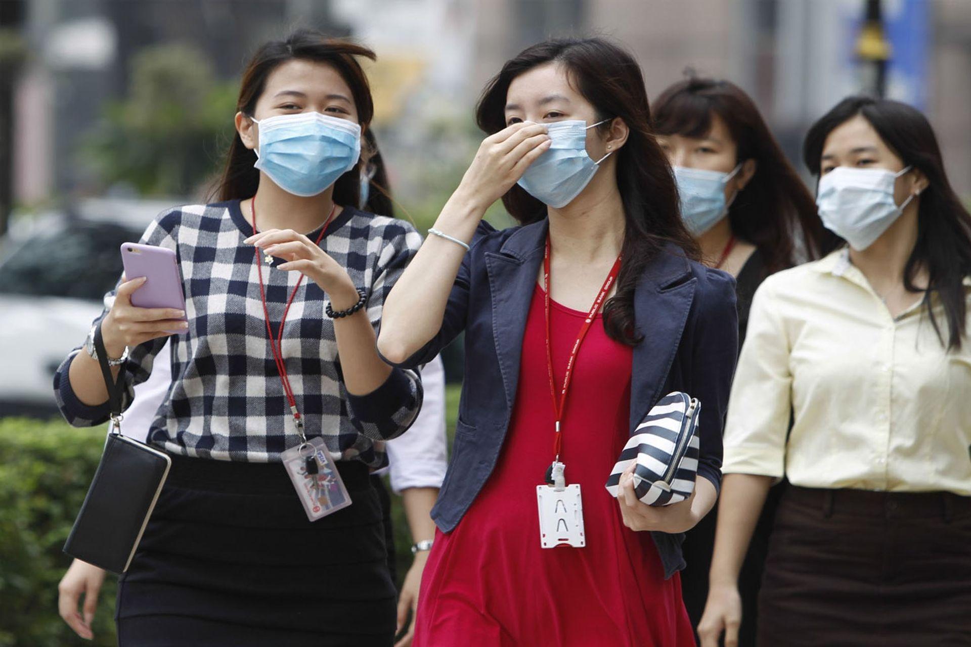 Luôn đeo khẩu trang khi đi ngoài đường để tránh khói, bụi mù