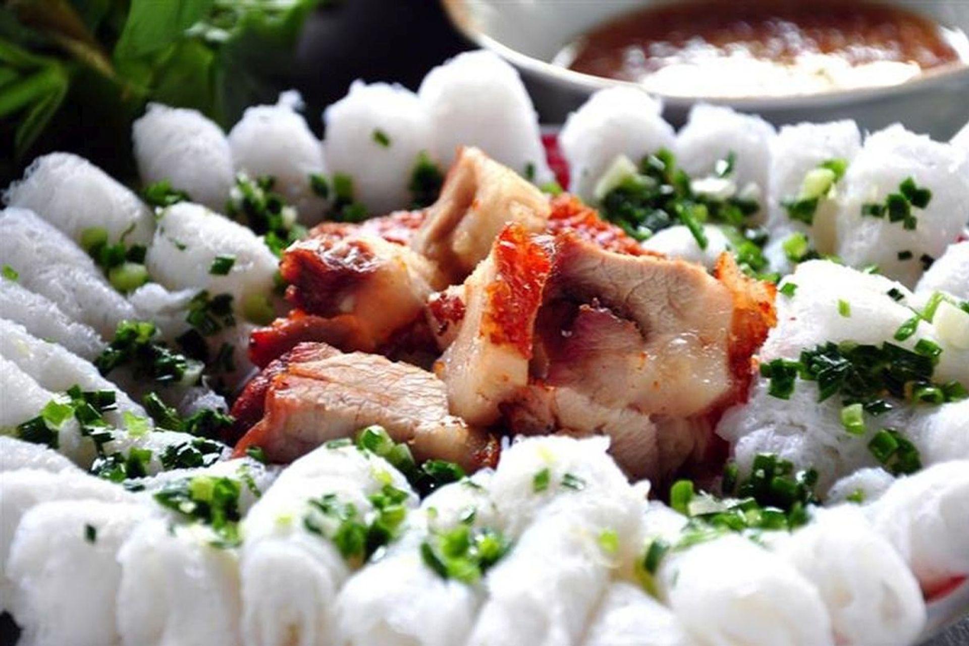 Món ăn dân dã được làm từ bột gạo và ăn kèm với heo quay