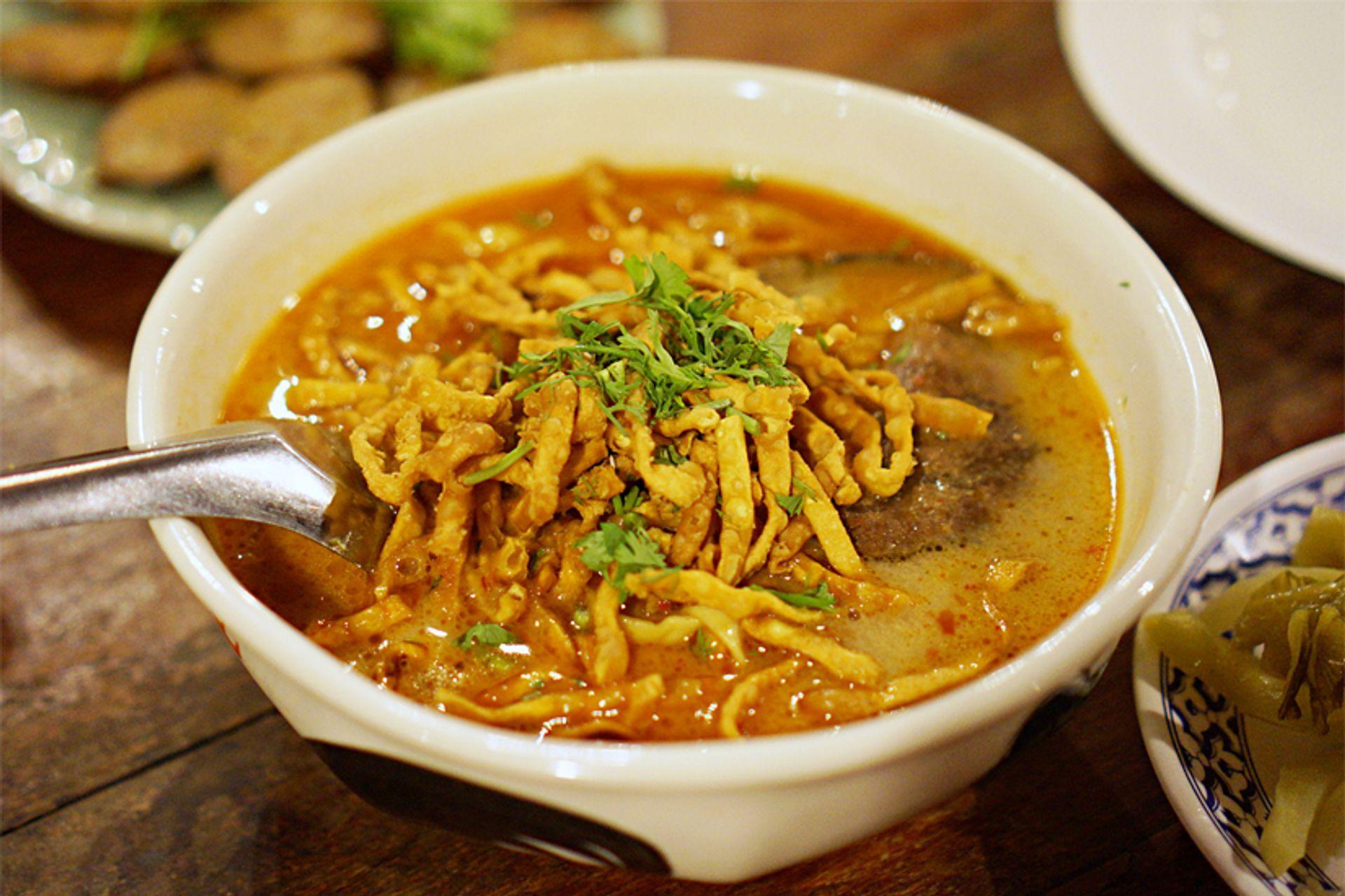 Món ăn đậm đà bản sắc dân tộc này được phục vụ cùng với thịt gà hoặc thịt bò