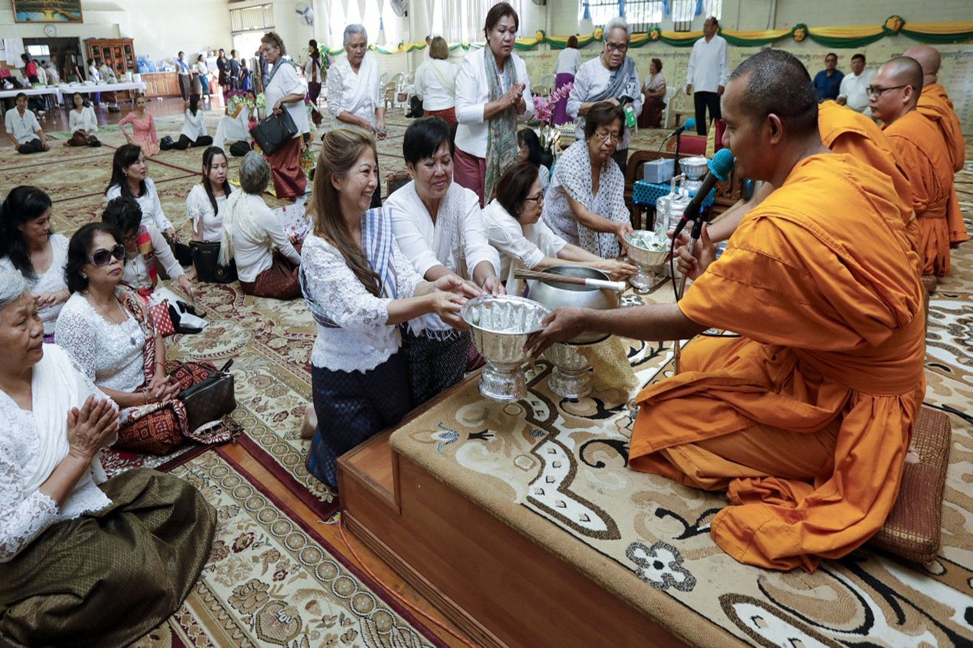 Tuân thủ luật lệ Phật giáo